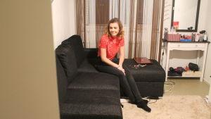 Melisa Elkaz sitter i sitt rum