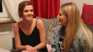 Melisa och Merjema skrattar