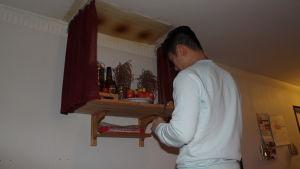 Thang Nguyen förbereder bönen