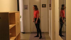 Melisa Elkaz står i hallen