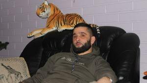 Seval Bitic sitter med tiger i soffan