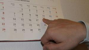 Thang nguyen visar almanackan i närbild