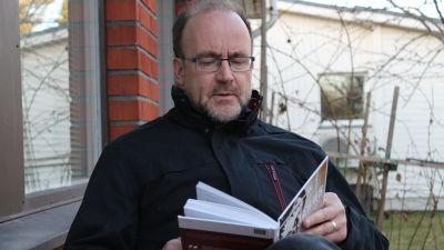 Boris Salo läser bok