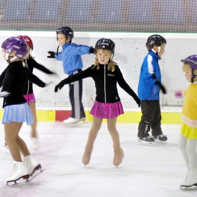 Lapset harjoittelevat pingviinikävelyä Luisteluleikit-ohjelmassa 2008.