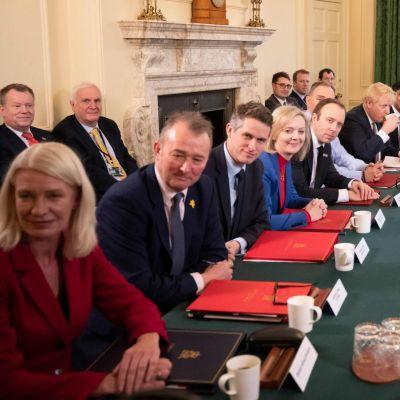 Boris Johnsons nya regering i sitt första sammanträde.