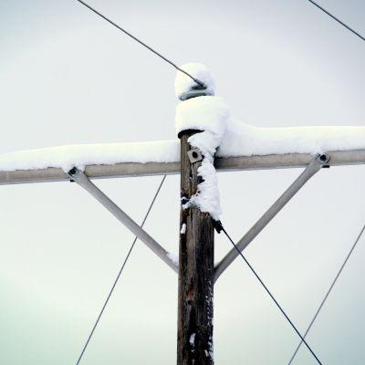 Lunta sähkölinjan päällä.