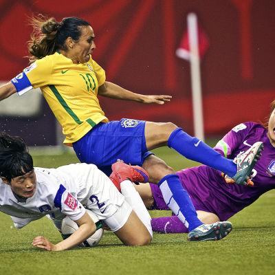 Cho Sohyun från Sydkorea och Marta från Brasilien i en duell.