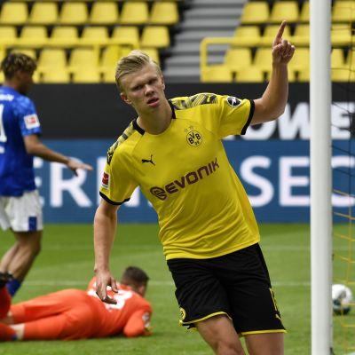 Dortmundin Erling Braut Haaland juhlii tekemäänsä avausmaalia Schalken verkkoon 16. toukokuuta.