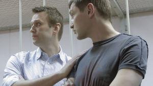 Bröderna Aleksej (t.v.) och Oleg (t.h.) Navalnyj får sina domar i Moskva.