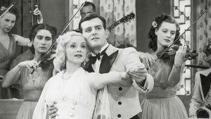 Vuonna 1940 valmistuneen elokuvan SF-paraati pääparina nähtiin Ansa Ikonen (turistiopas) ja Tauno Palo (saksofonia soittava taksikuski). Elokuva sai sotien aikana yli 400 000 katsojaa.