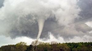 Flera kraftiga tornadon har dragit fram över USA.