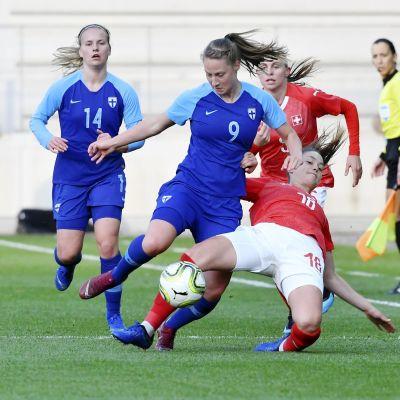 Juliette Kemppi kämpar om bollen med Viola Calligaris.