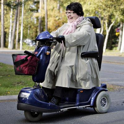 kvinna kör inva-moped