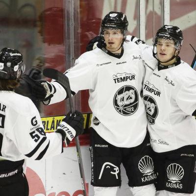 Kalle Väisänen, Markus Nurmi och Aarne Intonen firar TPS segermål.
