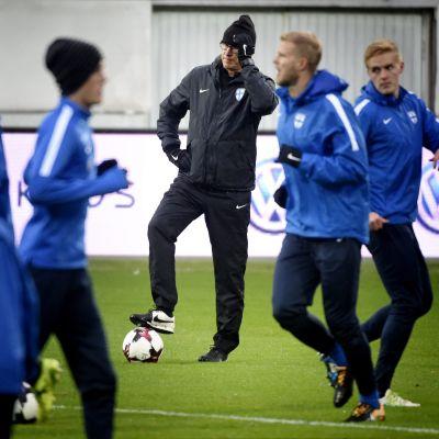 Finlands fotbollsherrar laddar upp inför match.