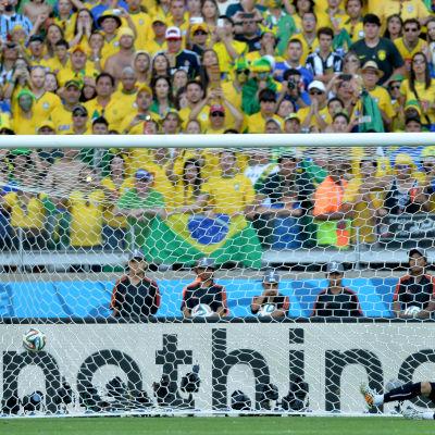 David Luiz sätter in en straff