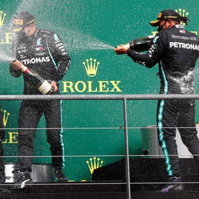 Bottas och Hamilton firar med champagne.