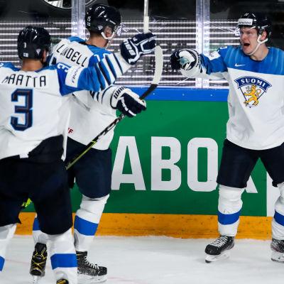Olli Määttä, Anton Lundell och Arttu Ruotsalainen firar ett mål i matchen mot Kanada.