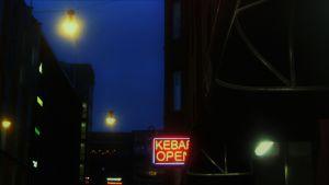 öinen kaupunki, katuvalot, kebab-kyltti