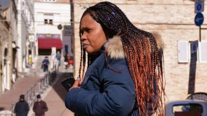 Fatoumata Barry på en gata i italienska Macerata