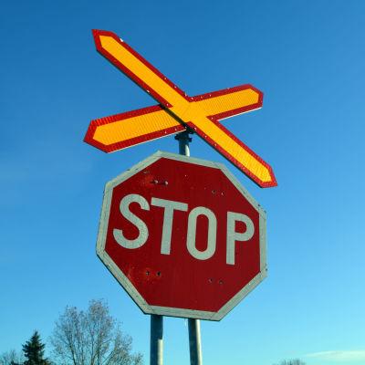 Stoppmärke vid obevakad plankorsning i Lovisa.