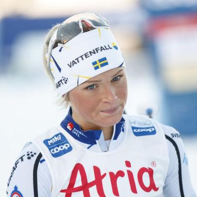 Frida Karlsson blickar frustrerat nedåt.