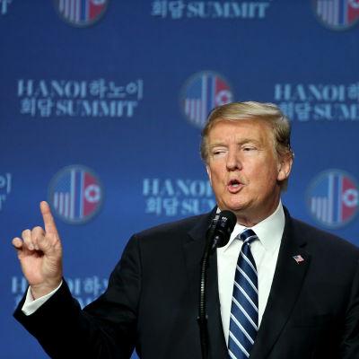 Donald Trump under en presskonferens i Hanoi efter att toppmötet med Kim Jong-un kollapsat.