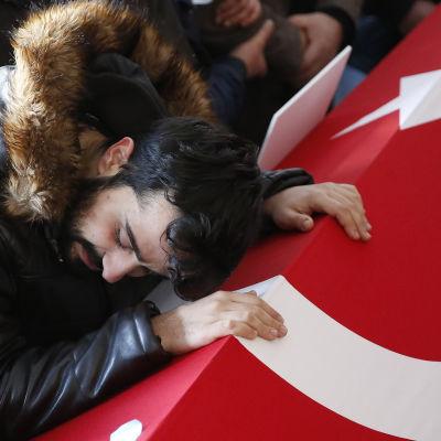 Sörjande anhörig vid begravningen av ett av offren för Istanbul-attacken. 1.1.2017