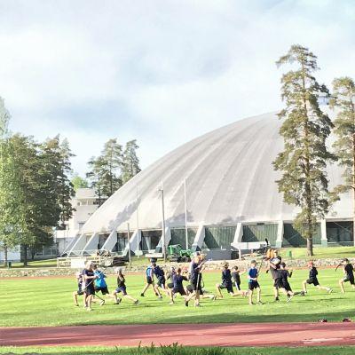 Nuoret harjoittelevat Suomen urheiluopistolla Vierumäellä