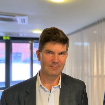 PHP holdingin toimitusjohtaja Ari Turunen ja LSK Groupin toimitusjohtaja Perttu Ryynänen katsovat kameraan Lahdessa kokoushuoneessa.