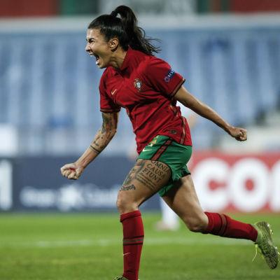 Portugals Ana Borges firar sitt 1–0-mål.