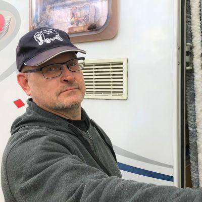 SF Lahden seudun Caravan -yhdistyksen puheenjohtaja Juha Hartman avaa matkailuautonsa ovea