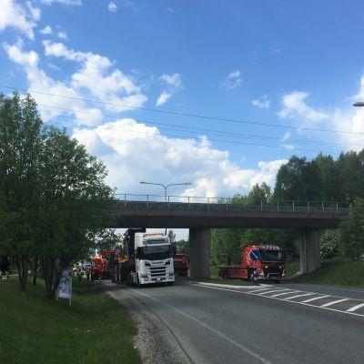 Raskas ajoneuvo on juttunut rautatiesiltaan Rovaniemellä.