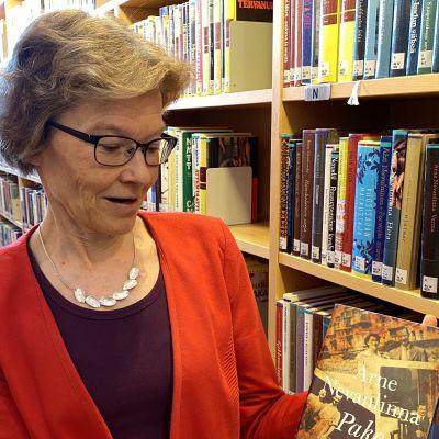 Kuhmon kirjastotoimenjohtaja Taina Hyvönen löysi lainaajan tilaaman kirjan.