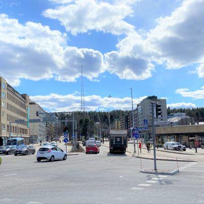 Lahden ja Kartanonkadun risteyksen liikennettä Lahdessa