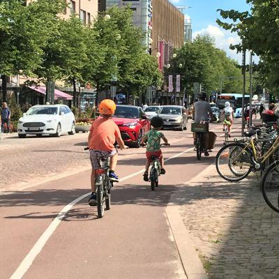 Polkupyöräilijöitä Lahden keskustassa heinäkuussa 2020