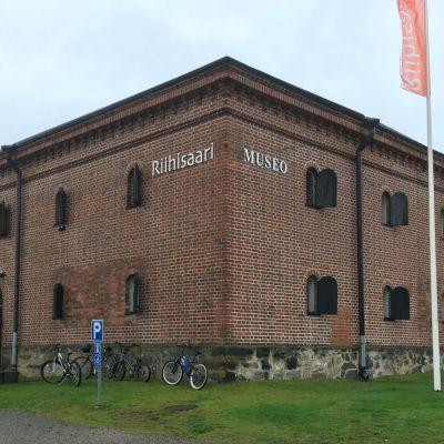 Riihisaaren museo ulkopuolelta.