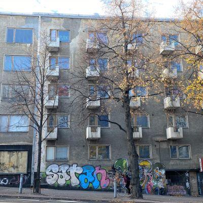 Viisikerroksinen kerrostalon julkisivu Lahdessa. Julkisivussa graffiteja ja muita töhryjä.