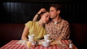 Saoirse Ronan och Emory Cohen i filmen Brooklyn
