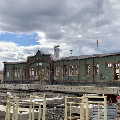 vanha rakennus odottaa siirtoa uuteen paikkaan
