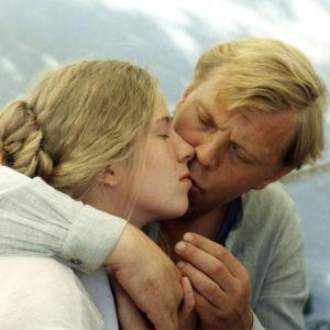 Eija Ahvo ja Vesa-Matti Loiri elokuvassa Ulvova mylläri (1982).