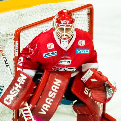 Niko Hovinen vaktar målet.