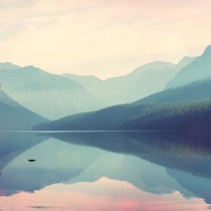 vuoristojärvimaisema instagram-filtterillä