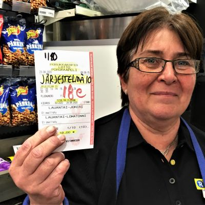 Anni Ritala lottokuponki kädessään.