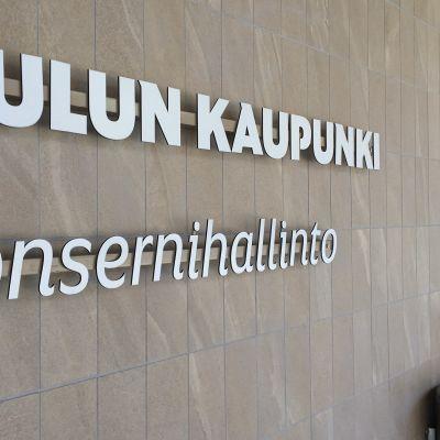 Oulun konsernihallinnon julkisivulla oleva kyltti Isokatu 9:ssä.