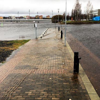 Merivesi lainehtii laiturin päällä tulvan aikana Oulussa.