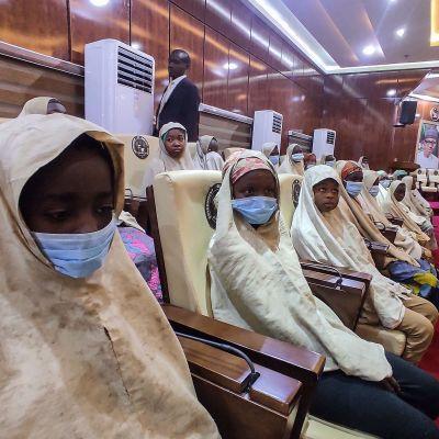 Närmare 300 kidnappade skolflickor frigavs i Nigeria 2.3.2021