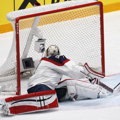 Marko Dano gör mål på Keith Kinkaid i matchen mellan USA och Slovakien.