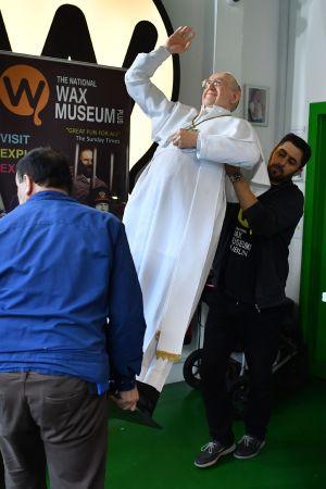 Vaxdocka som avbildar påven bärs fram på vaxmuseum i Dublin inför påvens Irlandsbesök.