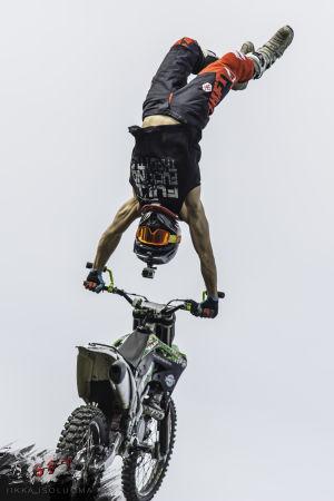 Sebastian Westberrg står på händerna på sin motorcykel.